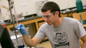 An LVC neuroscience major conducts an experiment in a Neidig-Garber lab